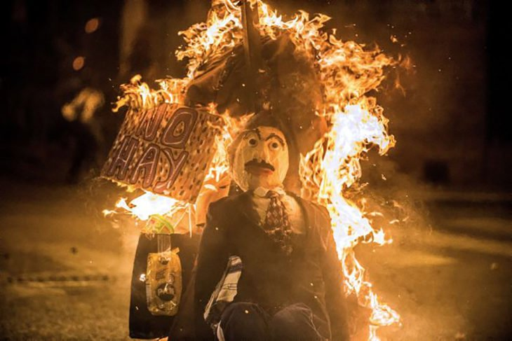 quemando a un muñeco