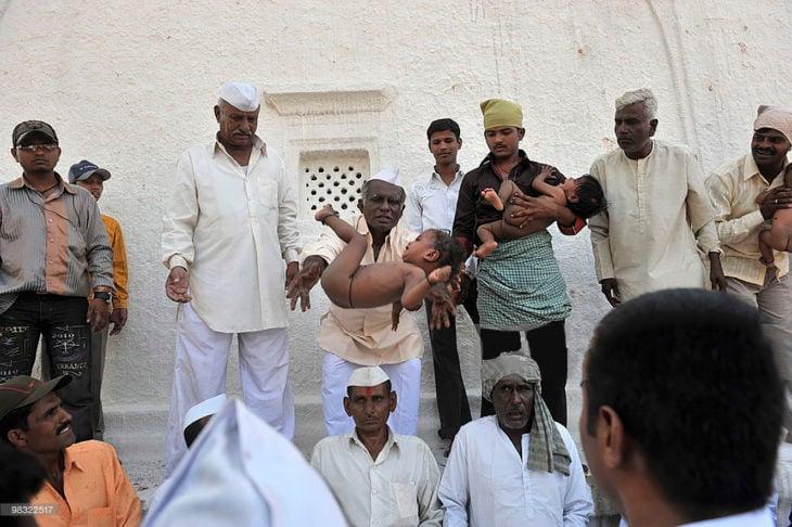 aventando bebé en india