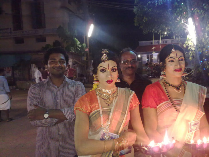 hombres de la india vestidos como mujer
