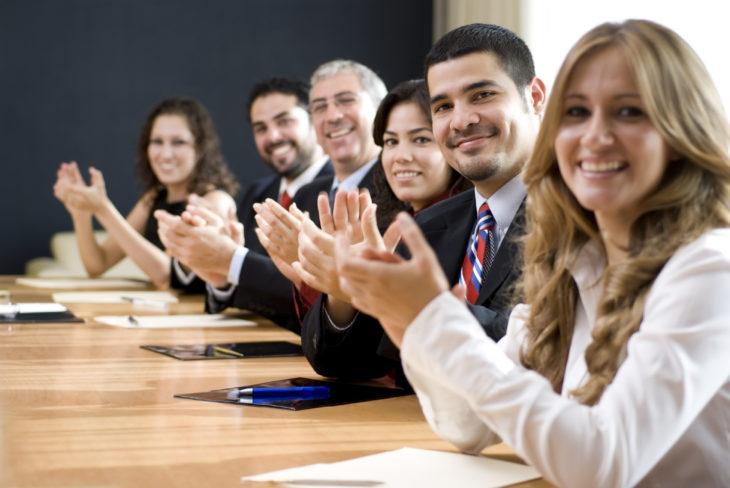 trabajadores aplaudiendo