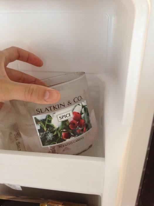 envase de vela en el refrigerador