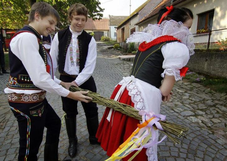 república checa golpes con ramas a mujer