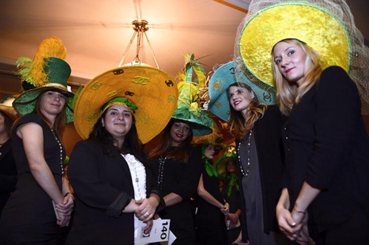 mujeres con sombreros graciosos