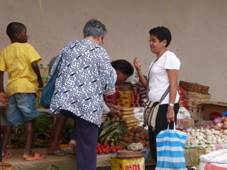 personas en el mercado