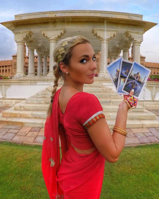 chica rubia con traje hindú