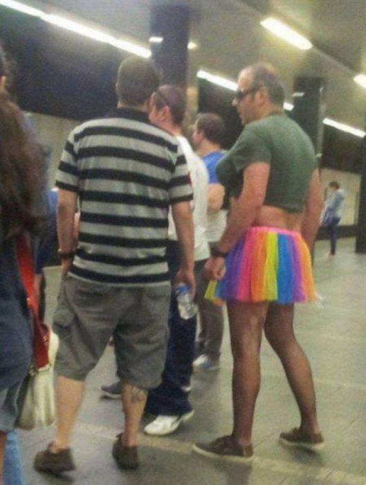 señor con falda de colores