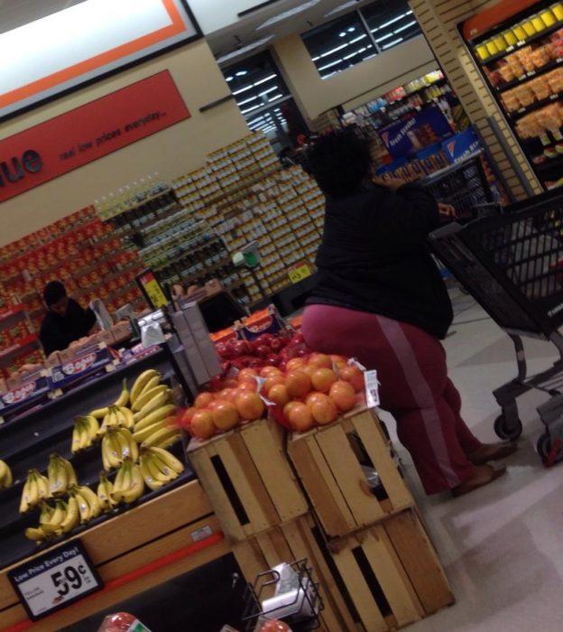 señora con el trasero en fruta