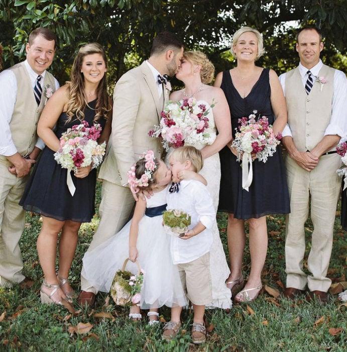 niña besando a niño en una boda