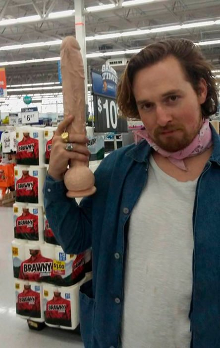 hombre sosteniendo un pene de plástico