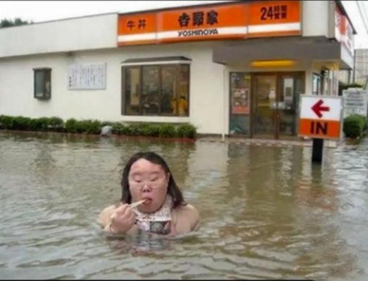 mujer comiendo en la inundación