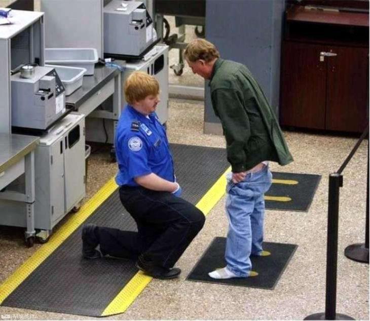 señor con los pantalones abajo en seguridad de aeropuerto
