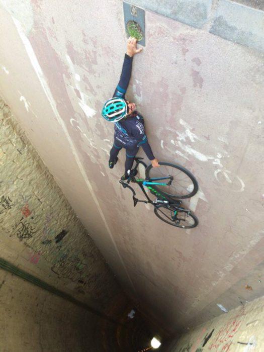 fotografía de ángulo hombre sosteniendo bicicleta