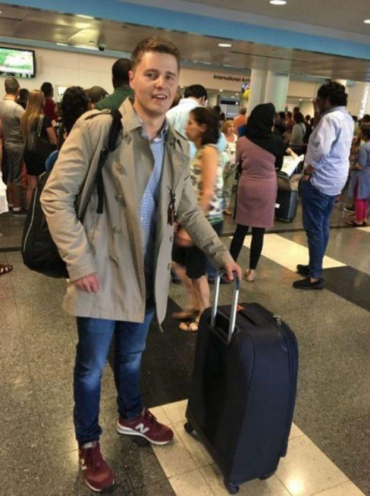 muchacho con una maleta