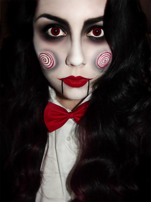 mujer maquillada de saw