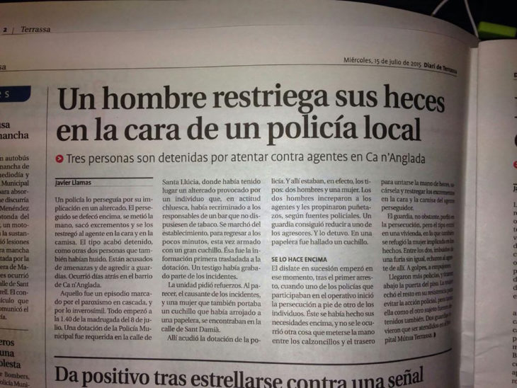 periódico con titular que dice hombre restriega sus heces en la cara de policía local