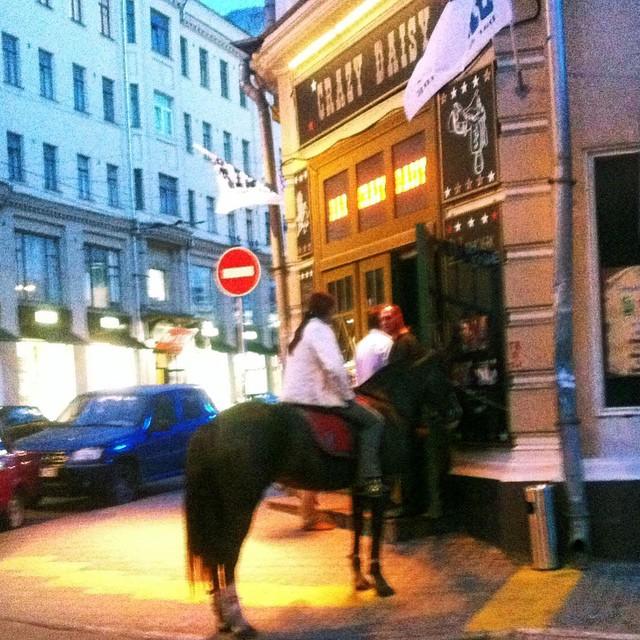 muchacha en caballo en la ciudad