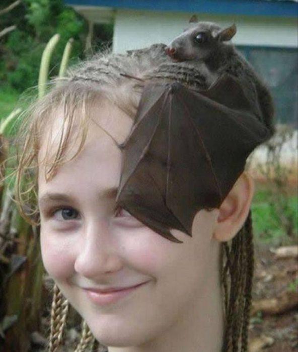 murciélago en la cabeza de una niña