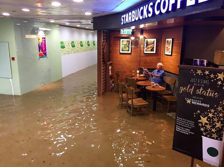 señor en starbucks inundado