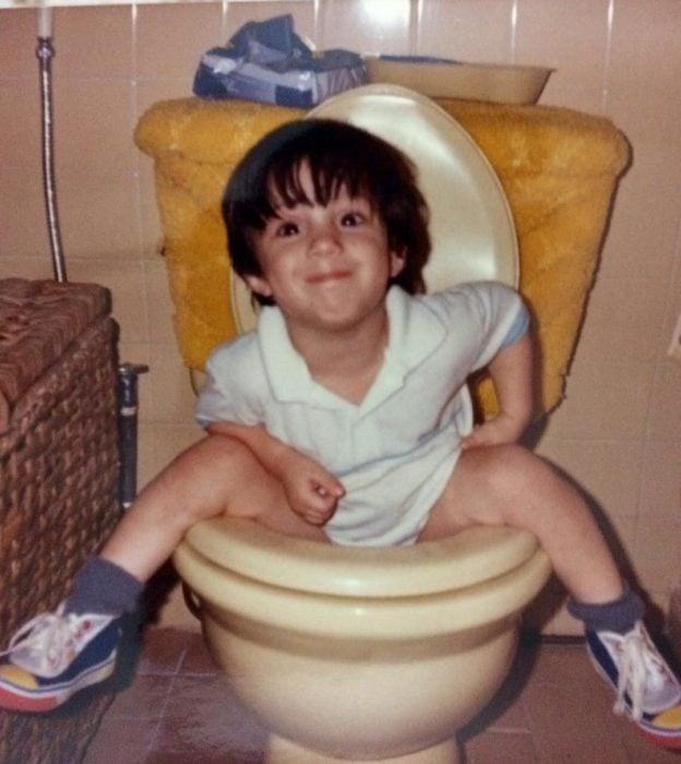 niño en taza de baño