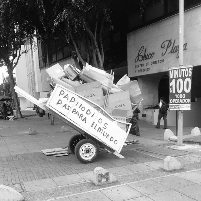 carreta cargando cartón