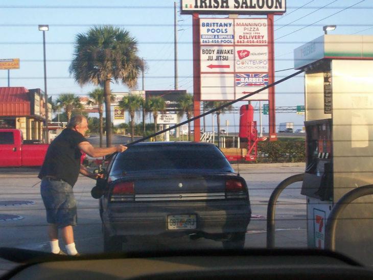 hombre pone gasolina de forma floja en su coche