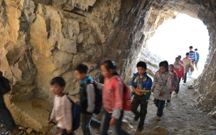 niños entrando a una cueva