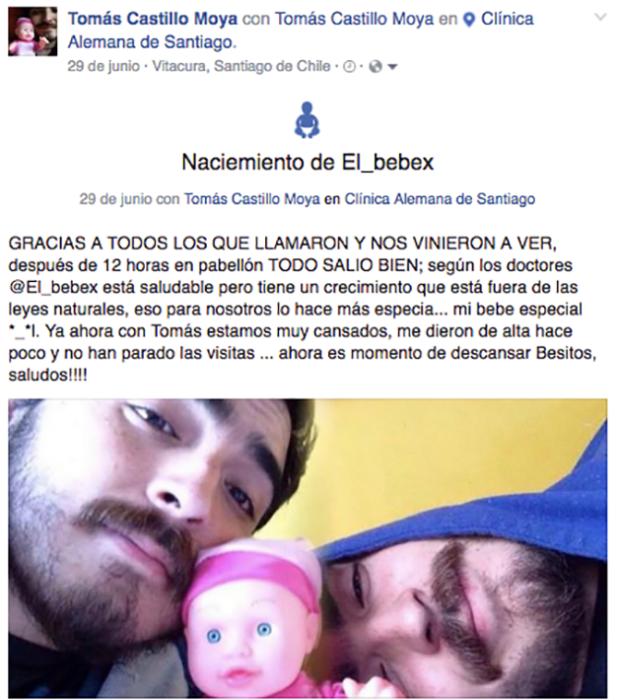 foto de dos hombres con un bebé de plástico