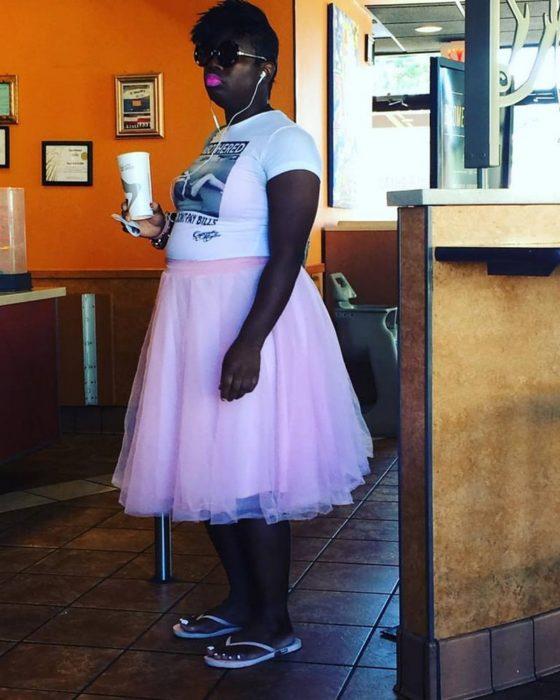 chica morena con falda rosa