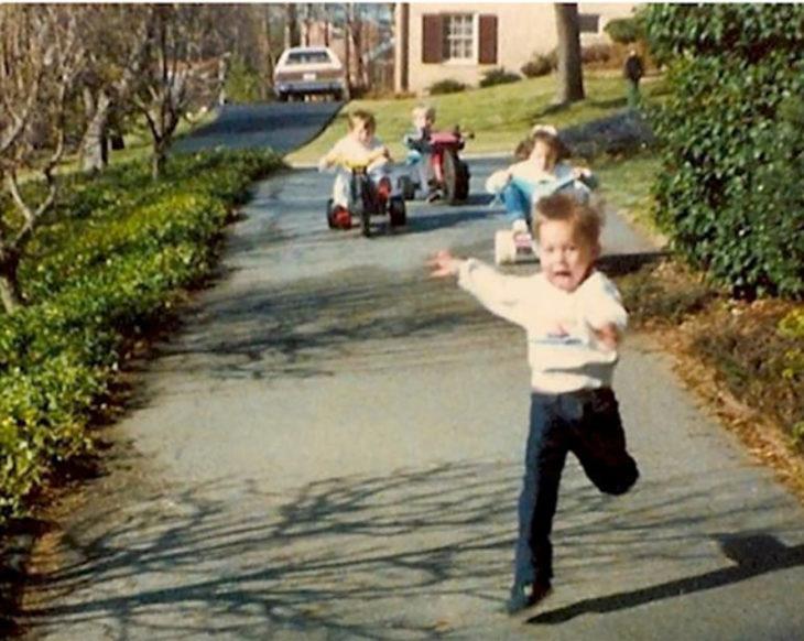 niño huyendo de sus hermanos