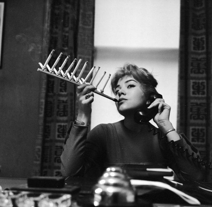 mujer con Utensilio para fumar varios cigarros a la vez
