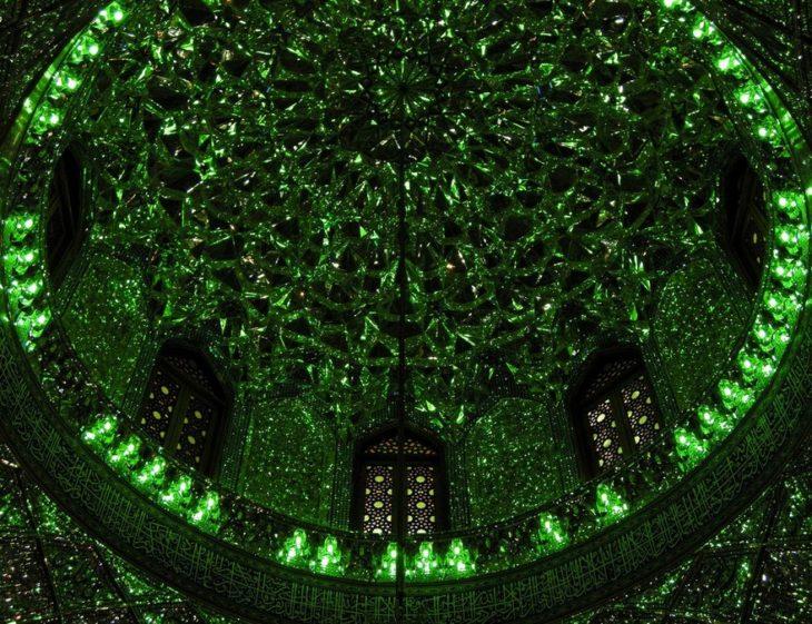 techo con círculo de cristales verdes