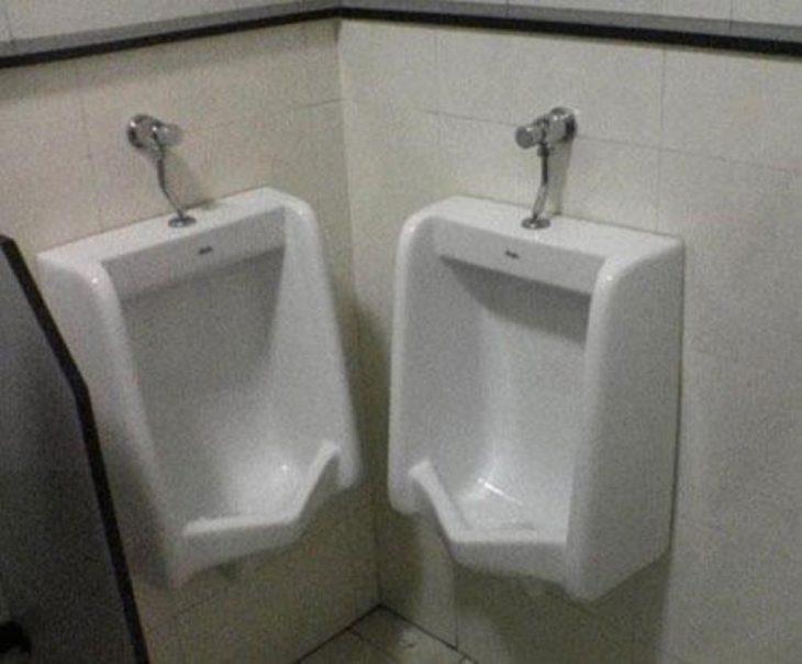 dos urinarios muy pegados