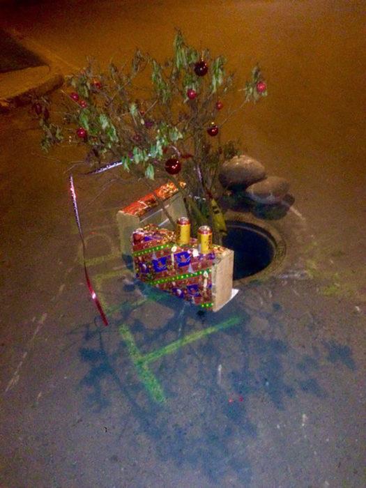 árbol de navidad en una coladera