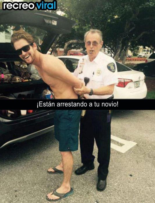policía arrestando a un muchacho