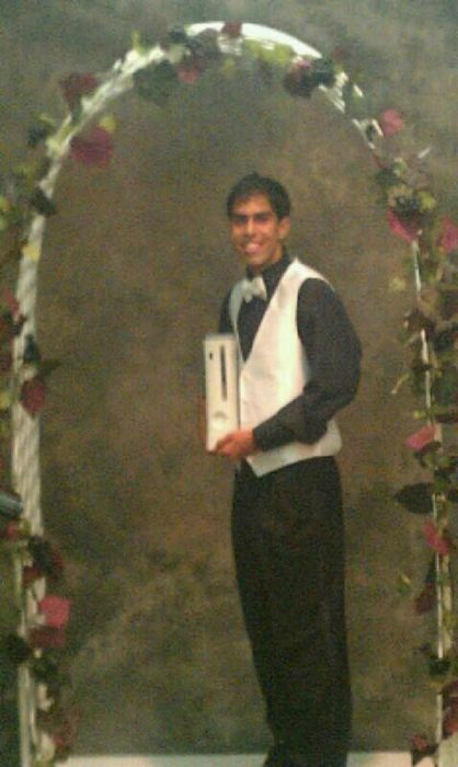 muchacho cargando xbox en su graduación