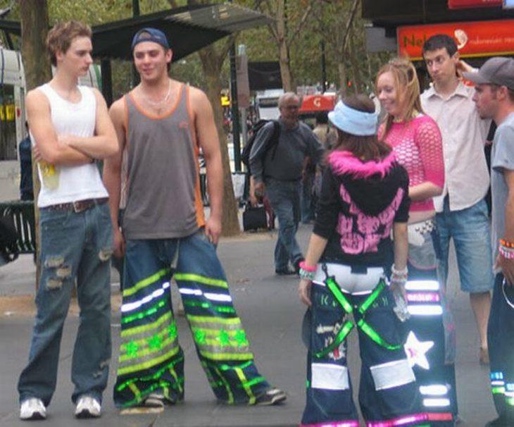 muchachos con pantalones acampanados