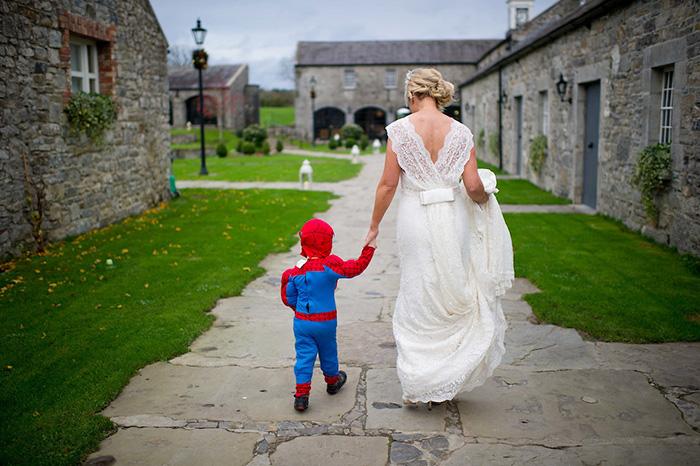 niño vestido de spiderman acompaña a la novia