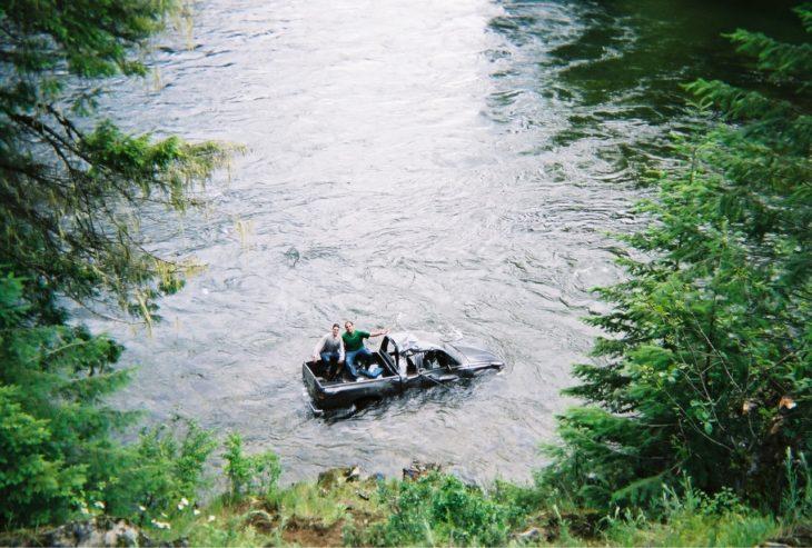camioneta en medio de un río