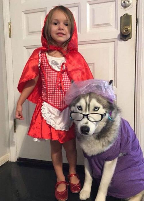 niña disfrazada de caperucita roja