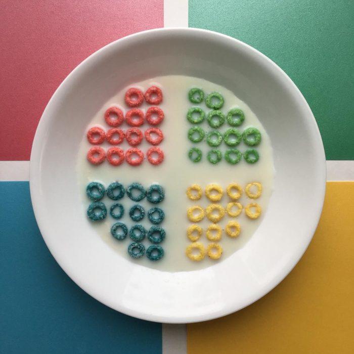 cereal de colores en tazón acomodado geométricamente