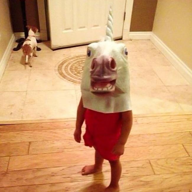 niña con máscara de unicornio