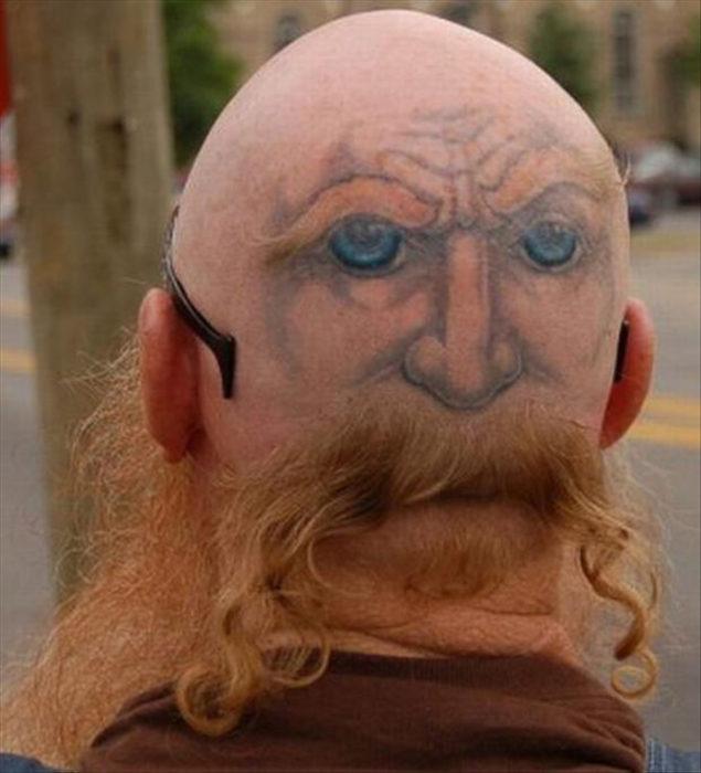tatuaje de cara en cráneo de hombre