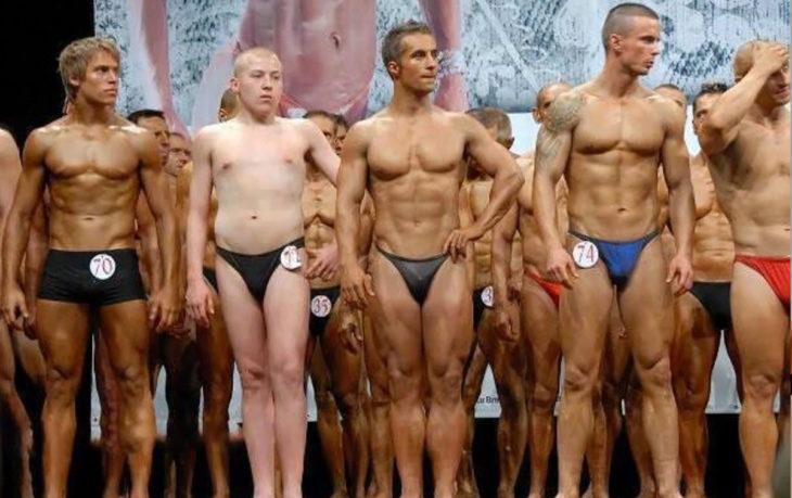 grupo de fisicoculturistas y un hombre delgado y pálido