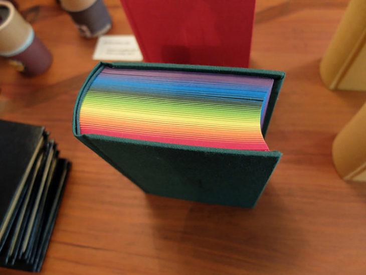libro con hojas de colores