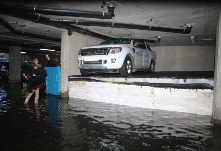 estacionamiento inundado, camioneta en una tarima