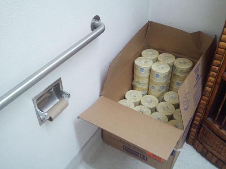 caja llena de papel higiénico
