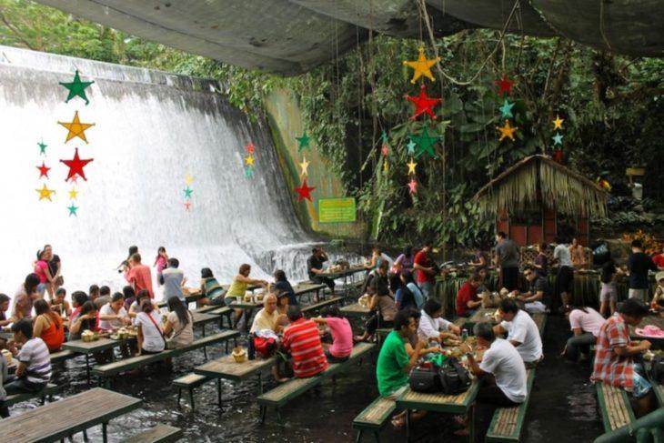 Restaurante al pie de una cascada