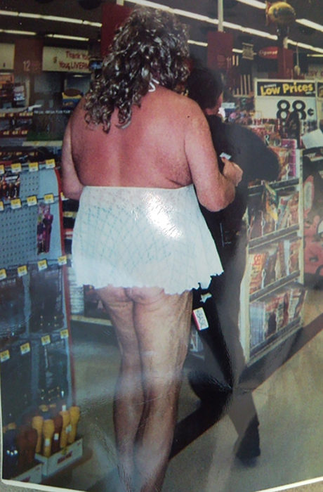 persona sin brasier vestida solo con falda