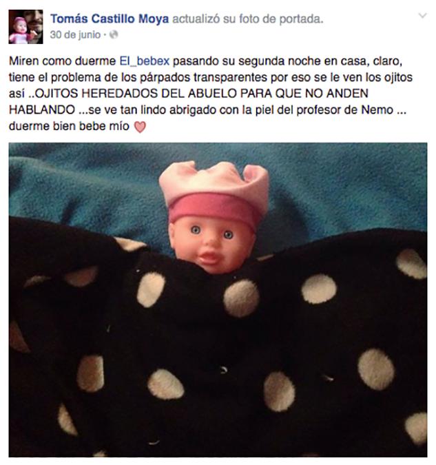 bebé de juguete bajo cobija