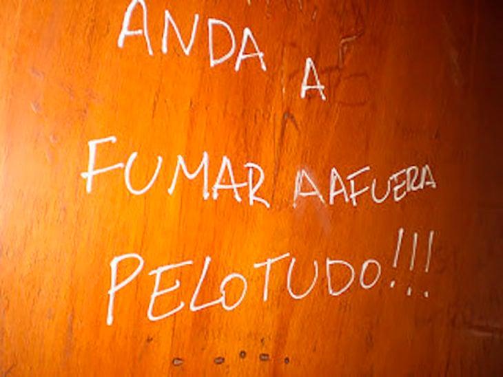 graffiti en una puerta de madera
